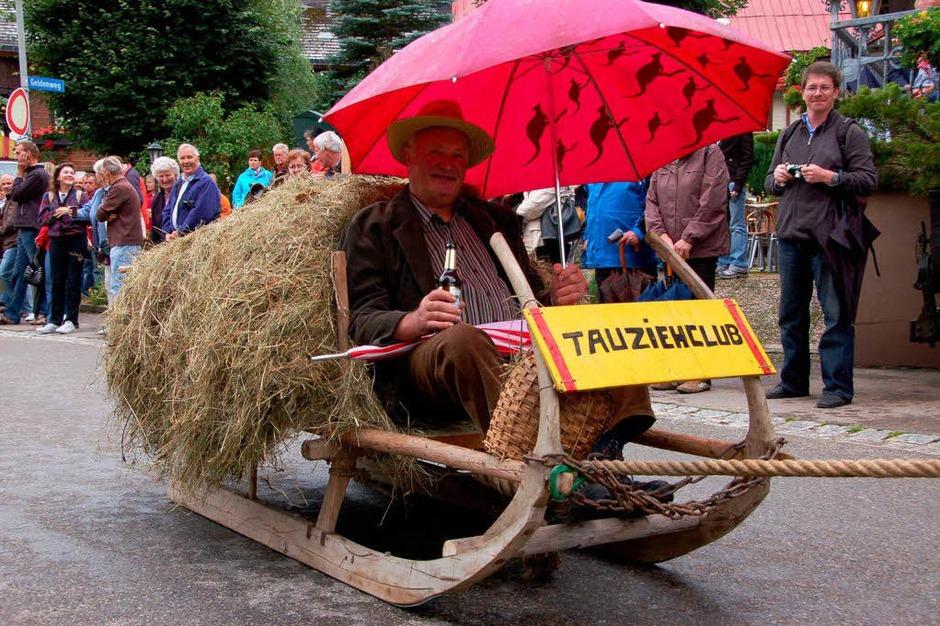 <Bildtext>Der Buur (Peter Behringer) fuhr mit dem Tauziehclub Wieden Schlitten </Bildtext> (Foto: Karin Maier)