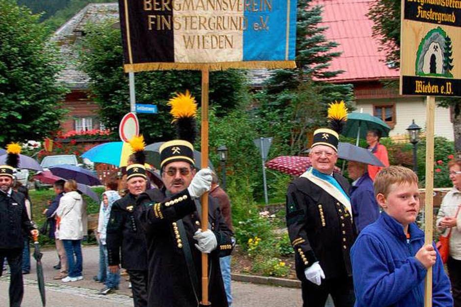 Bergmannsverein Wieden mit (Vorstand Paul Behringer), Standartenträger Karl Josef Straub und Täfeli-Junge Fabian Wiesler (Foto: Karin Maier)