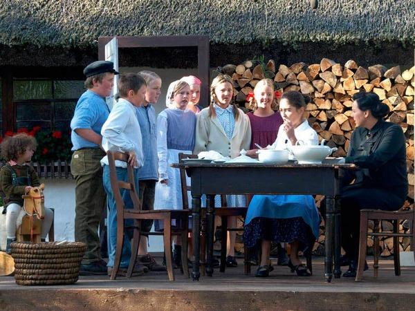 3. Szene: Erna Döbele mit ihren Pflegekindern
