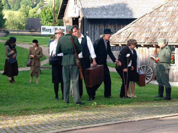 4. Szene: Ankunft von Reisenden und Passkontrolle am Murger Bahnhof