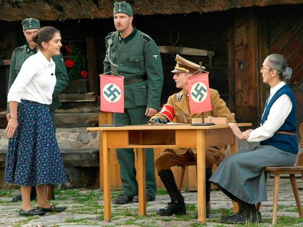 Erna Döbele konfrontiert den Kreisleiter mit ihrem Wissen über den vermeintlichen Rücktransport der Polen in die Heimat