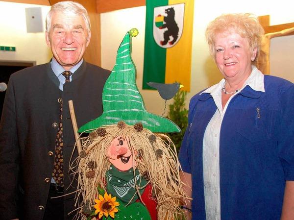 Eine Hexe gab es als Abschiedsgeschenk von den Dorfspatzen. Überreicht von Hannelore Vonderstraß.