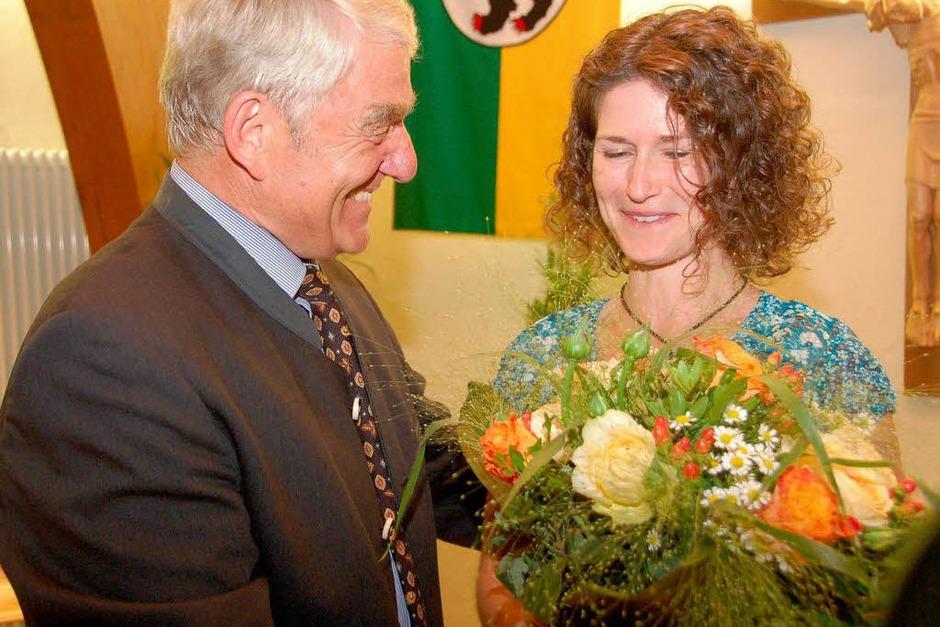 Blumen hatte Isaak auch für seine Sekretärin Renate Asal-Regele. (Foto: Tanja Bury)