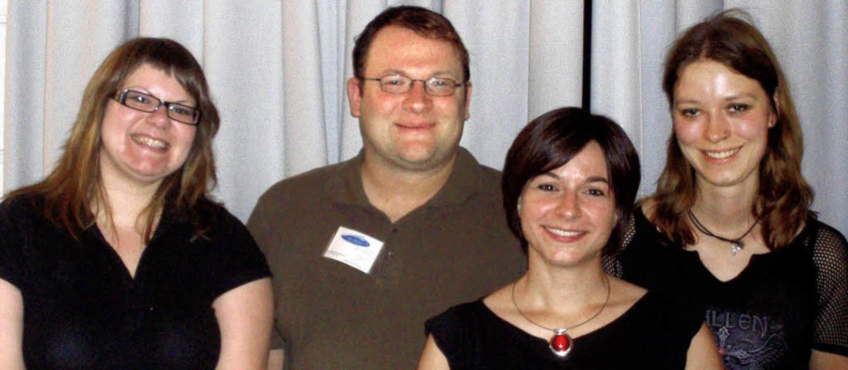 Jana Zirra (vorne) mit dem Vorstand der Rainbowstars.     Foto: BZ
