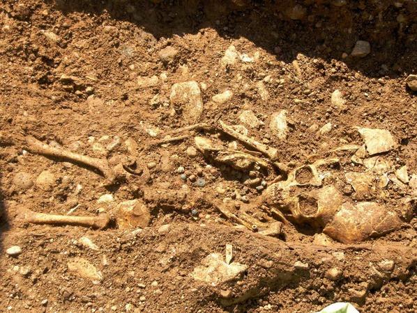 Das Skelett eines etwa sechsjährigen Mädchens mit Perlenkette.