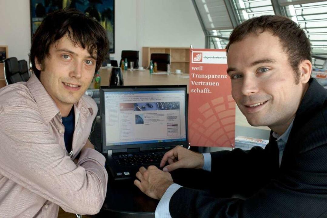 Boris Hekele (links) und Gregor Hackmack von der Parlamentwatch GmbH.  | Foto: dpa