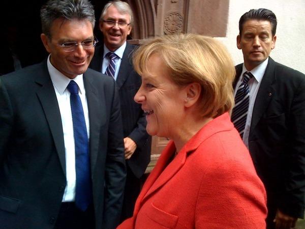 Ein Omen für die anstehende Bundestagswahl? Der erste, der von Angela Merkel in Freiburg begrüßen wird, ist Freiburgs OB Dieter Salomon.