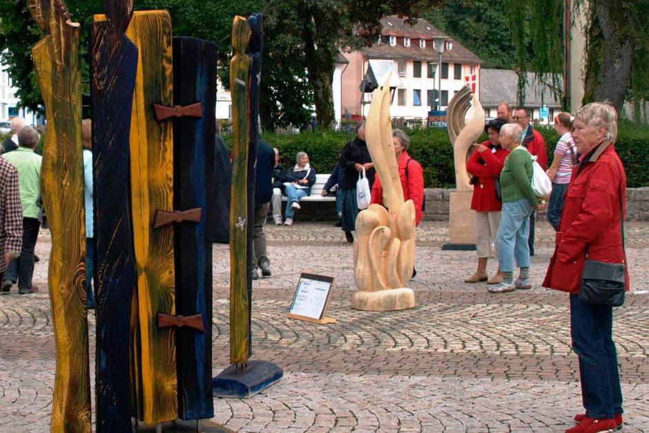 Auch vor der Prämierung betrachteten bereits viele Gäste die Skulpturen mit Interesse (Foto: Karin Stöckl-Steinebrunner)