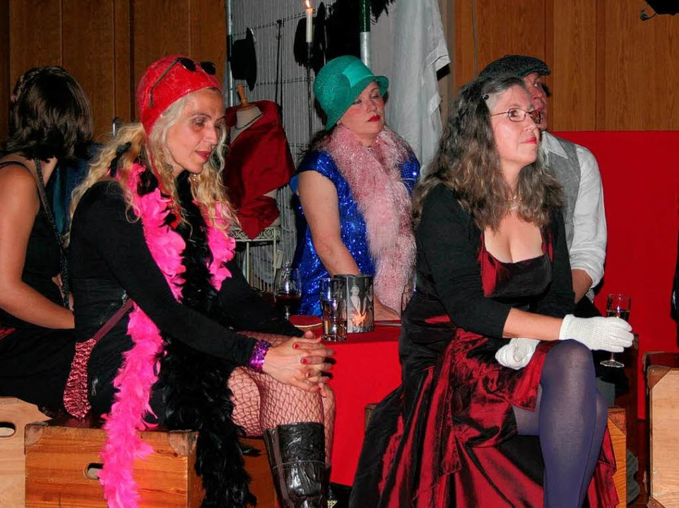 Die Gäste fügten sich mit passender Be...iger-Jahre-Ambiente der Festhalle ein.  | Foto: Karin Heiß