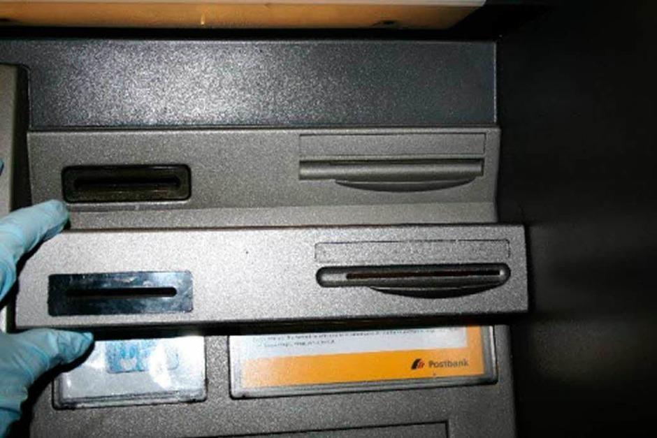 Weitaus geschickter: Spezielle Vorsatzgeräte, mit denen die Betrüger an die Daten der EC-Karten gelangen. (Foto: LKA Bayern)