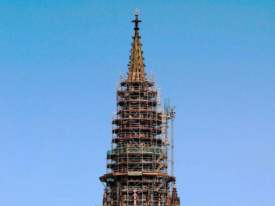 Die Sanierung des Turmhelms ist schwie...ten werden mindestens bis 2013 dauern.  | Foto: Privat