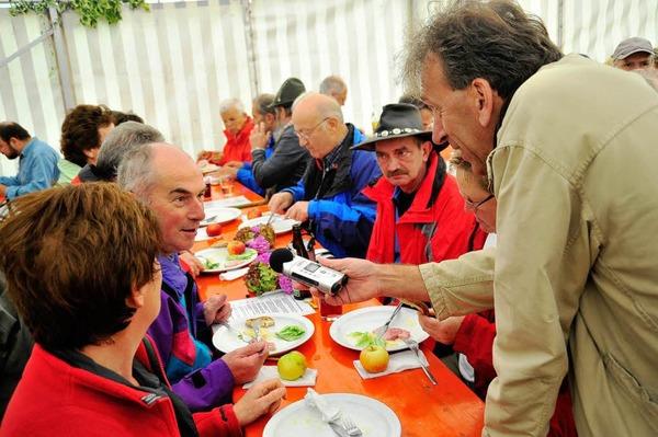 Rundfunkreporter Sebastian Bargon vom SWR im Gespräch mit Wanderfreunden.