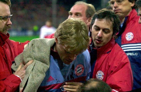 Fußball brutal im April 2000:  Oli Kahn bekommt in Freiburg einen Golfball an den Kopf und wird verletzt.