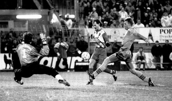November 1993: Uwe Wassmer schenkte Raimond Aumann beim 3:1-Heimsieg 1993 drei St�ck ein.