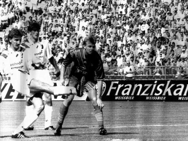 Das allererste Spiel des SC in der Bundesliga am 7. August 1993: Oliver Freund schie�t das einzige Tor beim 1:3 gegen die M�nchner.