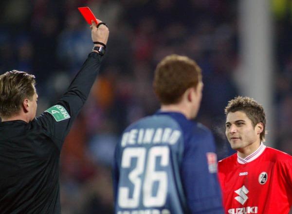 DFB-Pokal  2005: Schiedsrichter Thorsten Kinh�fer (l) zeigt Youssef Mohamad (r) vom SC Freiburg die rote Karte.