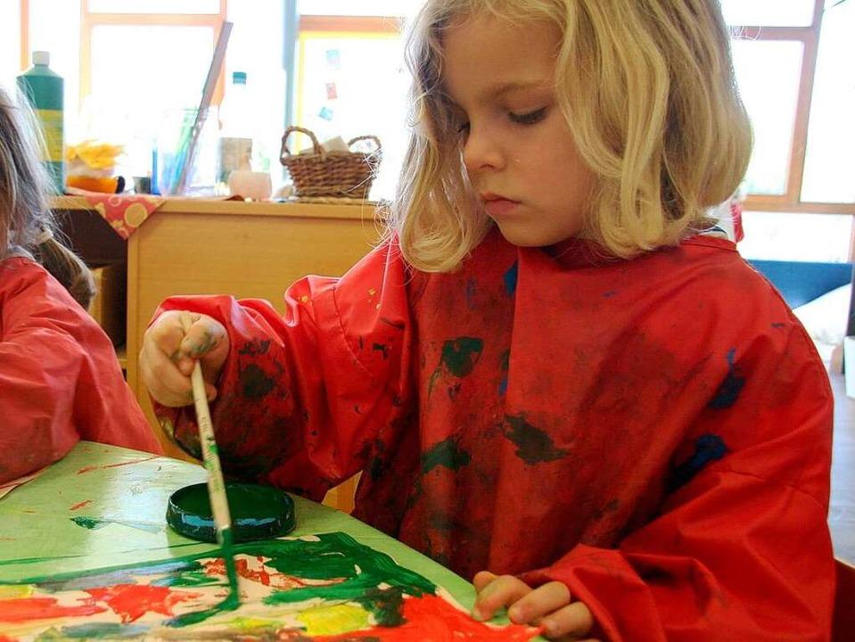 Ganz viel Farbe auf den Pinsel, so macht das Malen  Spaß.  | Foto: Yvonne Weik