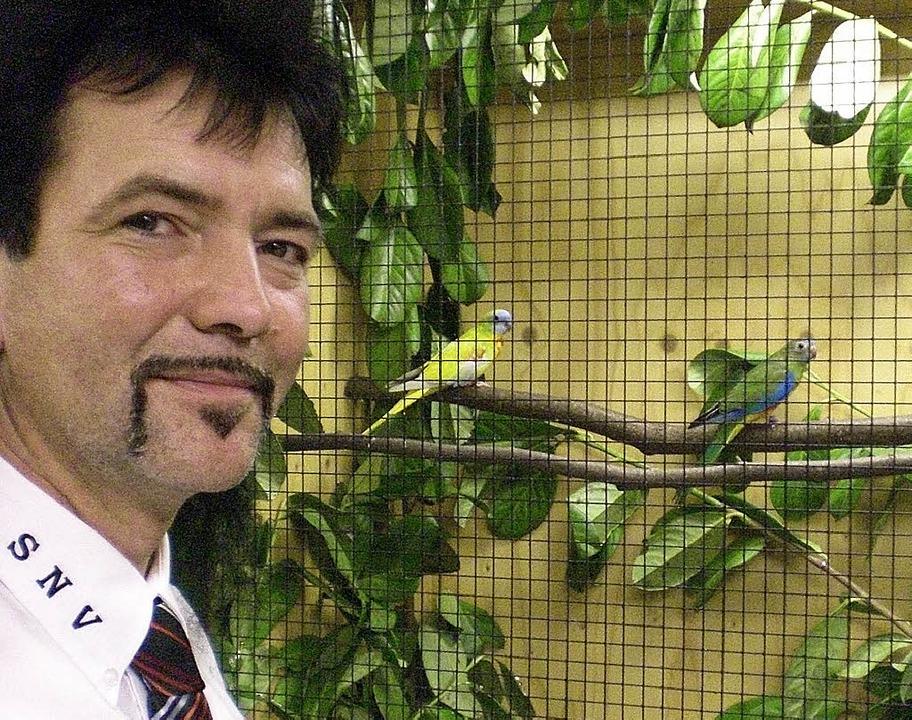 Vorsitzender Klaus Wirth – ein N...lz auf seinen Verein und seine Vögel.   | Foto: cornelia weizenecker