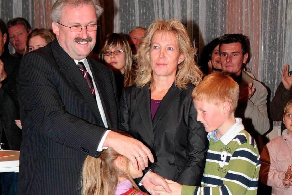 Überglücklich: Thomas Kaiser mit seiner Frau Monika und den Kindern Anna und Fabian (Foto: Wilfried Dickemann)