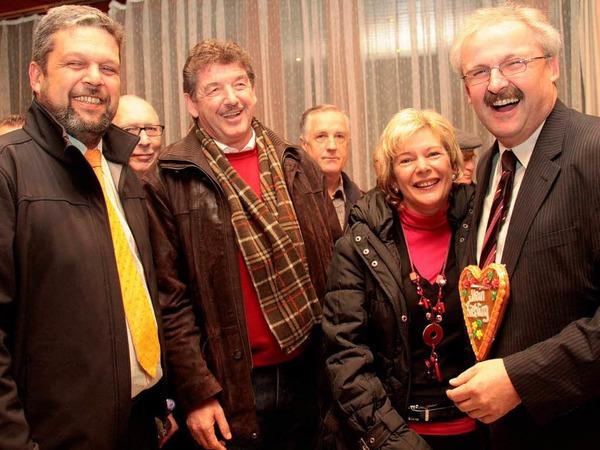 Strahlen um die Wette: Bonndorfs Bürgermeister Michael Scharf, Ühlingen-Birkendorfs Gemeindeoberhaupt Thomas Fechtig mit Ehefrau Doris und Thomas Kaiser.