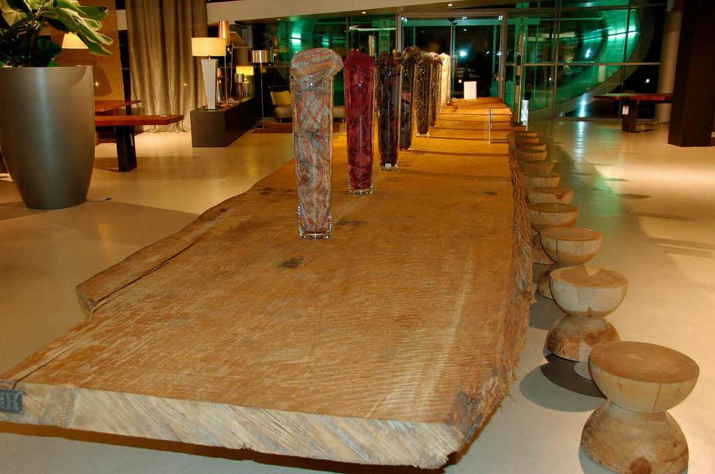 ein tisch aus 30 000 jahre altem kauri holz maulburg badische zeitung. Black Bedroom Furniture Sets. Home Design Ideas