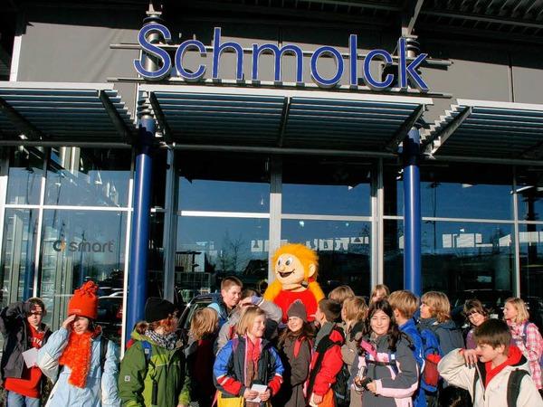 Vor der Ausstellungshalle des Autohauses Schmolck: Aufstellen zum Gruppenfoto!