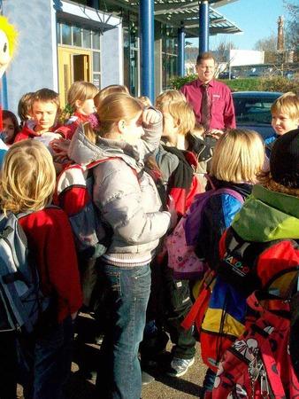 Vor dem Haupteingang  drängten sich die Kinder.