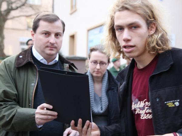 Studenten übergeben ihre Forderungen an Daniel Sander von der CDU (links).