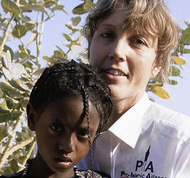 Annette Nehberg mit einem Schützling    Foto: PR