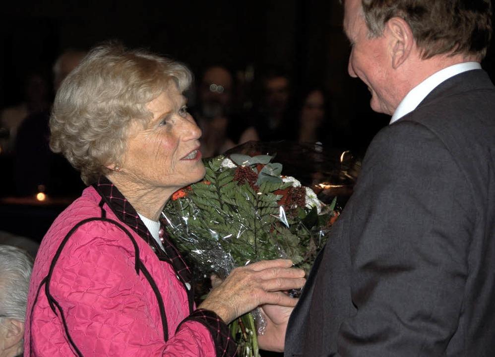Blumen für Anneliese Haas überreichte ...rsitzende im Landtag, Claus Schmiedel.  | Foto: Thomas Winckelmann