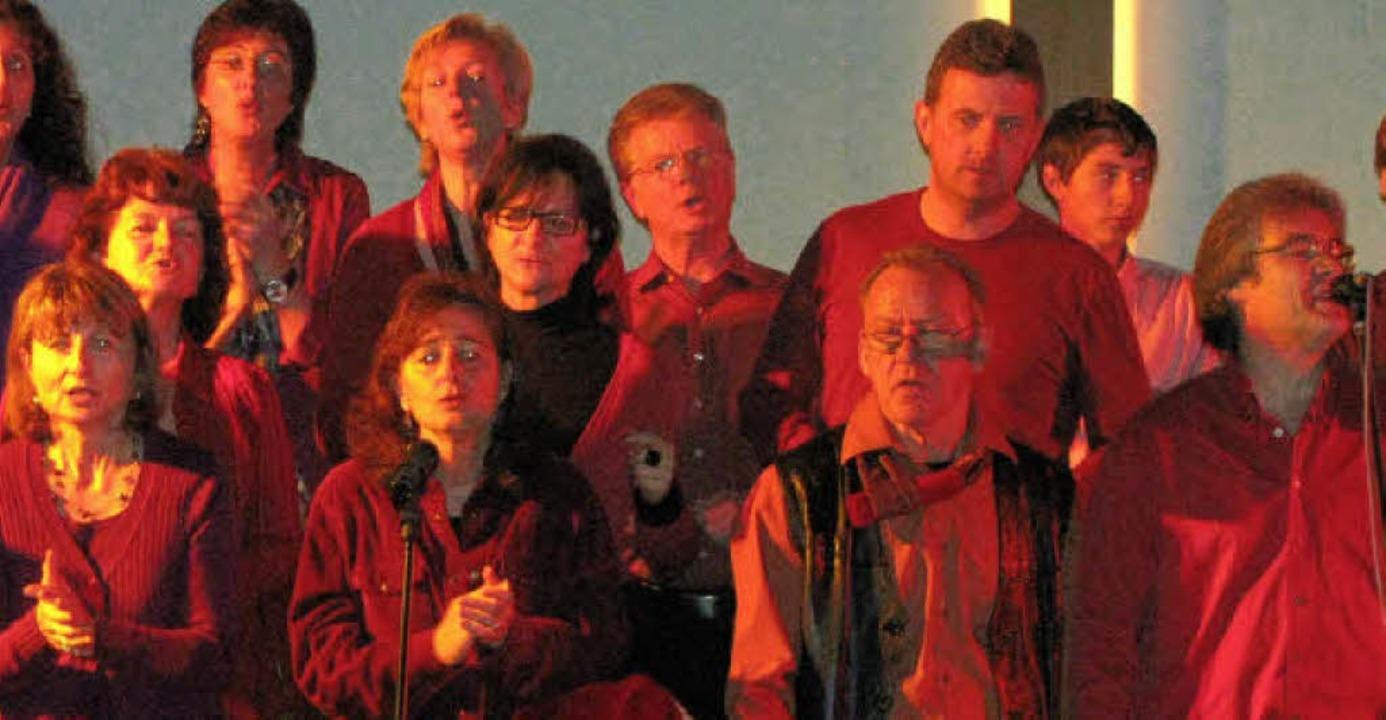 Der Chor ProSäcko unter der Leitung vo...der evangelischen Kirche von Wehr auf.  | Foto: michael gottstein