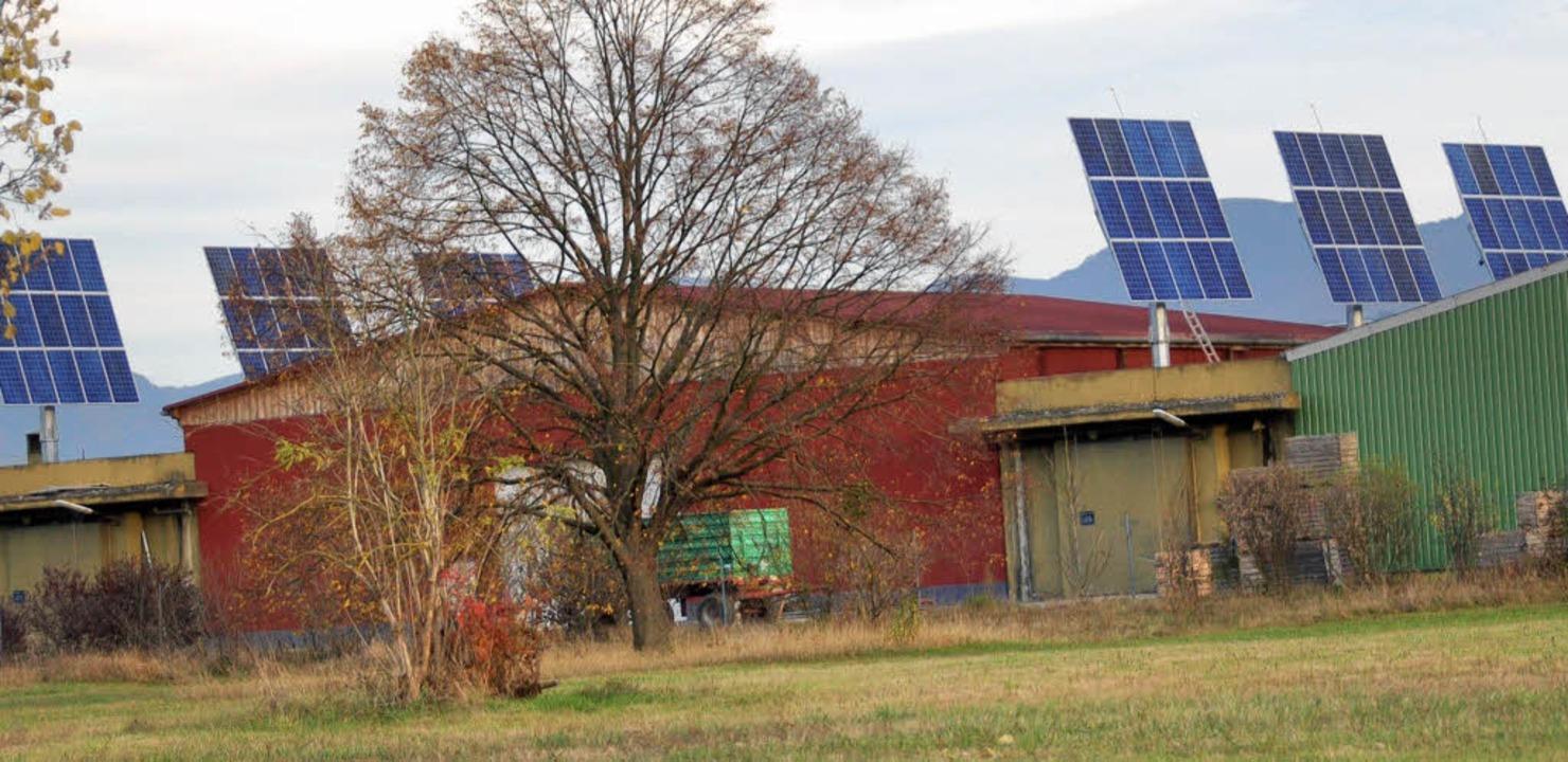 Hinter dem alten Schuppen steht neue T...Sonnenkraft    im Gewerbepark Breisgau  | Foto: Dannecker