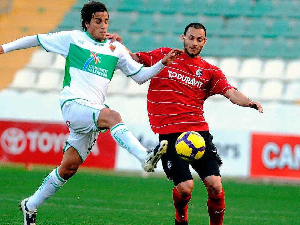 Zurück am Ball,  zurück im roten SC-Dress: Ömer Toprak.  | Foto: m schön