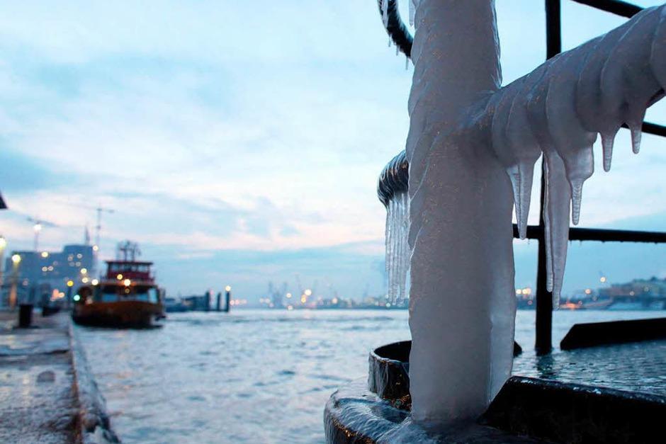 Eine zugefrorene Geländerstange lecken kann hingegen gefährlich enden. (Foto: dpa)