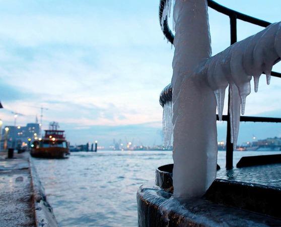 Eine zugefrorene Geländerstange lecken kann hingegen gefährlich enden.