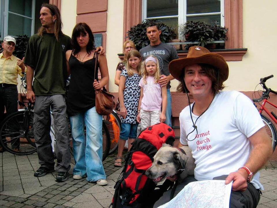 Stefan Krastel  (rechts mit Hund Till)...im Start  vor dem Offenburger Rathaus.    Foto: Robert Ullmann