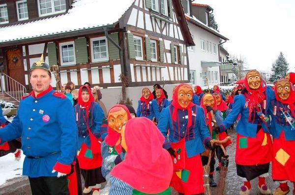 Die jungen Gundelfinger Dorfhexen und F�sslistemmer, die den Narrenzug mit rund 50 Gruppen anf�hrten.