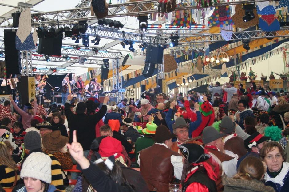 """Beste Stimmung herrschte im riesigen """"Poppele-Zelt"""" mit großer Bar. (Foto: Uli Spielberger)"""