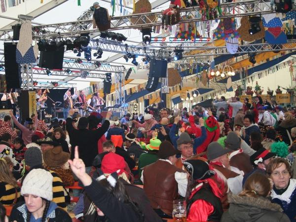 """Beste Stimmung herrschte im riesigen """"Poppele-Zelt"""" mit großer Bar."""