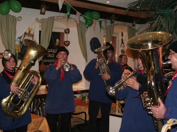 Auch in den Buden,  Zelten und Wirtschaften  sorgten die Bonndorfer Musiker für Stimmung.