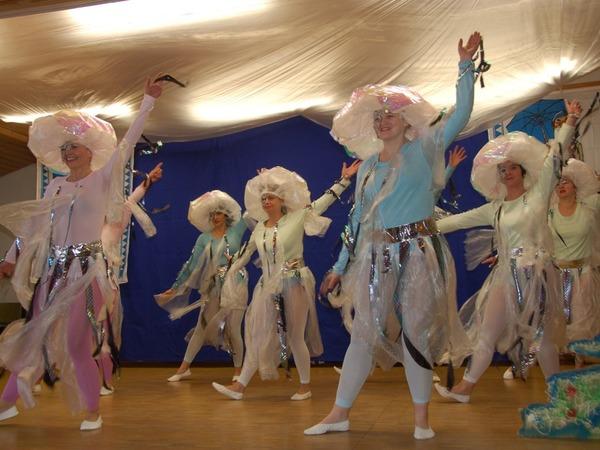 Der Tanz der Quallen: tolle Kostüme, anmutige Darstellerinnen