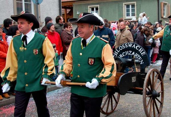 Die Kirchzartener Schlosswache führt ihre Kanone mit.
