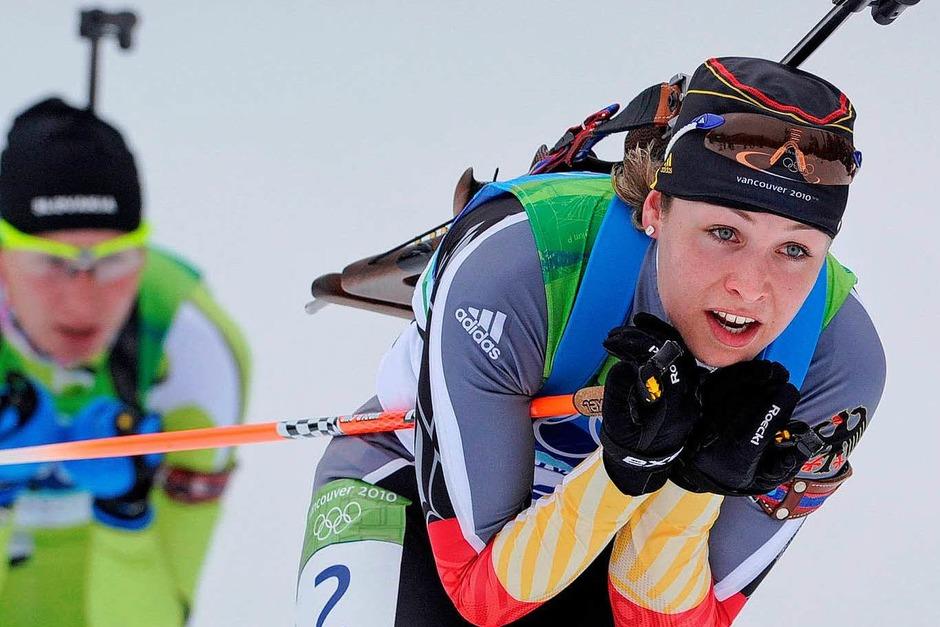 Zweikampf: Magdalena Neuner (rechts) und Anastasiya Kuzmina aus Slowakien im Biathlon über die 10-Kilometer-Strecke (Foto: dpa)