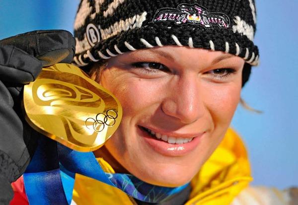 Das Bild des Tages: Maria Riesch mit der Goldmedaille.