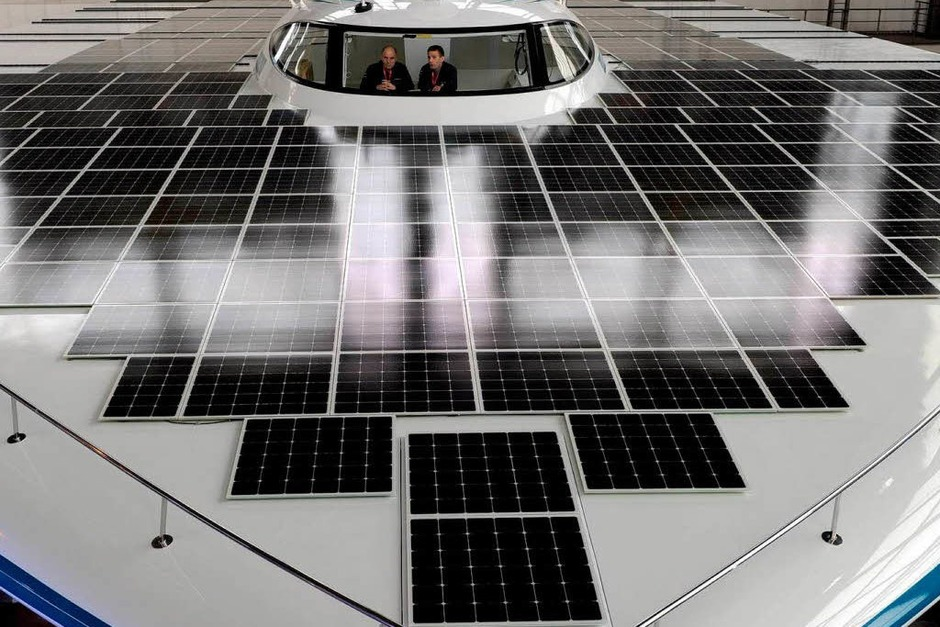 """Die """"Planet Solar"""", das größte Solar-Schiff der Welt, steht nach der offiziellen Enthüllung in einer Halle der Kieler HDW-Werft. (Foto: dpa)"""