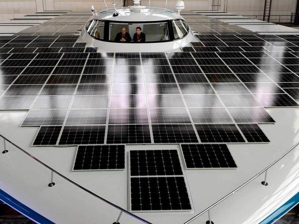 """Die """"Planet Solar"""", das größte Solar-Schiff der Welt, steht nach der offiziellen Enthüllung in einer Halle der Kieler HDW-Werft."""