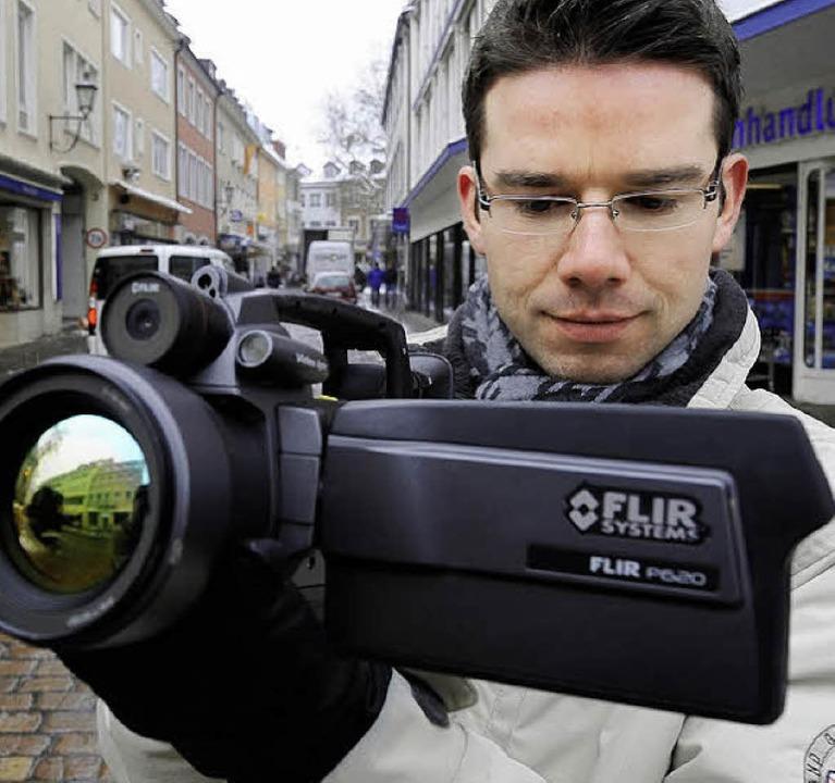 Jörg Pohlhaus mit Wärmebildkamera in Freiburg.     Foto: Ingo Schneider