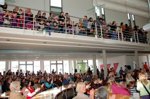 So voll ist der B�rgersaal sonst nie! Aber die Er�ffnung der Schulkunstausstellung lockte viele Besucher