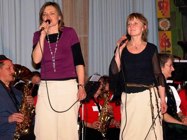 """Vreni Zipfler (links) und Ilona Wagner begeisterten die Zuh�rer mit dem Song """"Ewigi Liabi"""""""