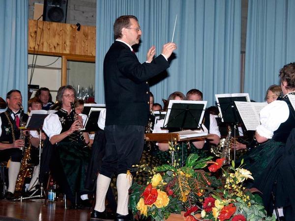 """Dirigent Thomas Villinger hatte unter dem Motto """"Reise durch die Schweiz"""" nicht nur ein abwechslungsreiches Programm ausgesucht und etliche Einf�lle zu einer gelungenen Pr�sentation umgesetzt, er wurde auch f�r 40 Jahre Mitgliedschaft im Blasmusikverband geehrt"""